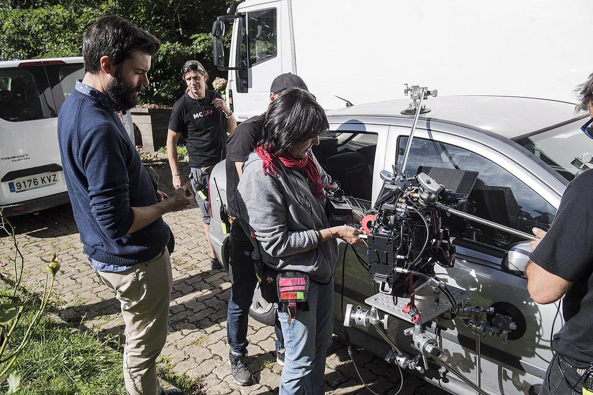 Imanol Rayo zuzendaria —lehena ezkerrean—, atzo, filmaketan, Irun inguruko etxe batean. ©J. MANTEROLA / FOKU