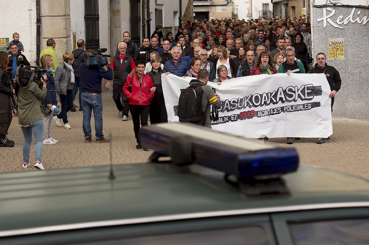 Guardia Zibilaren patruila bat, atzo iluntzean Altsasun egindako manifestazioari so.