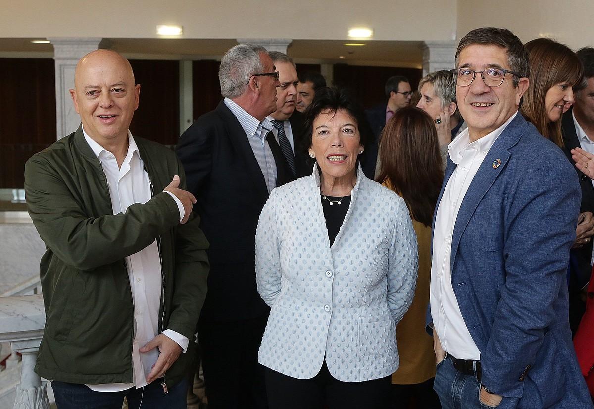 PSE-EEko hautagai Odon Elorza, Isabel Zelaa eta Patxi Lopez, atzo, Donostian. ©GORKA ESTRADA / EFE