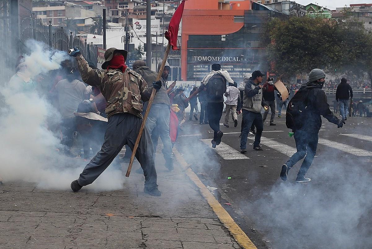 Indigena talde bat Ekuadorko Parlamentuaren kanpoaldean protestan, herenegun, Quiton.