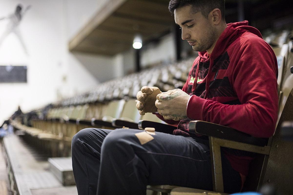 Victor Esteban, takoak jartzen, Astelena pilotalekuan, joan den apirilean, Iker Irribarriaren aurkako final-zortzirenetako partidaren aukeraketan. ©ENDIKA PORTILLO / FOKU