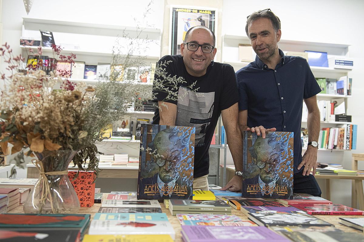 Iñaki Holgado marrazkilaria eta Harkaitz Cano idazlea, atzo, albuma aurkezten, Donostian. ©JON URBE / FOKU