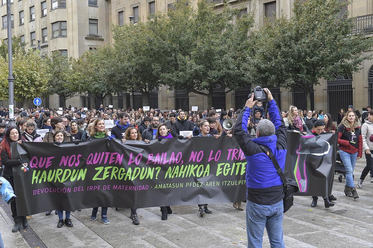 2018ko urriaren 27an manifestazioa izan zen Iruñean, foru gobernuari eskatzeko amatasun laguntzengatik atxikitakoa itzultzeko. ©IDOIA ZABALETA / FOKU