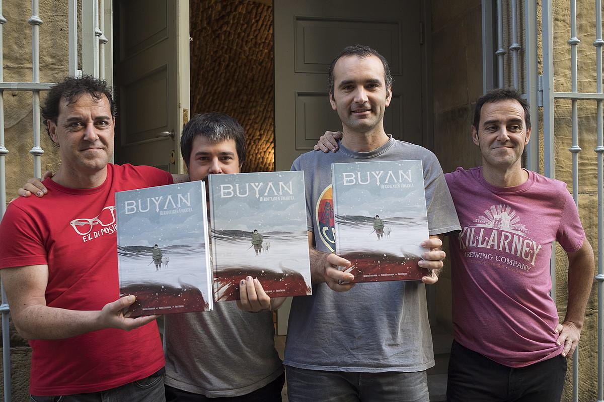 <em>Buyan</em> eleberri grafikoaren lantaldea liburuaren aurkezpenean, atzo, Donostian. ©JUAN CARLOS RUIZ / FOKU