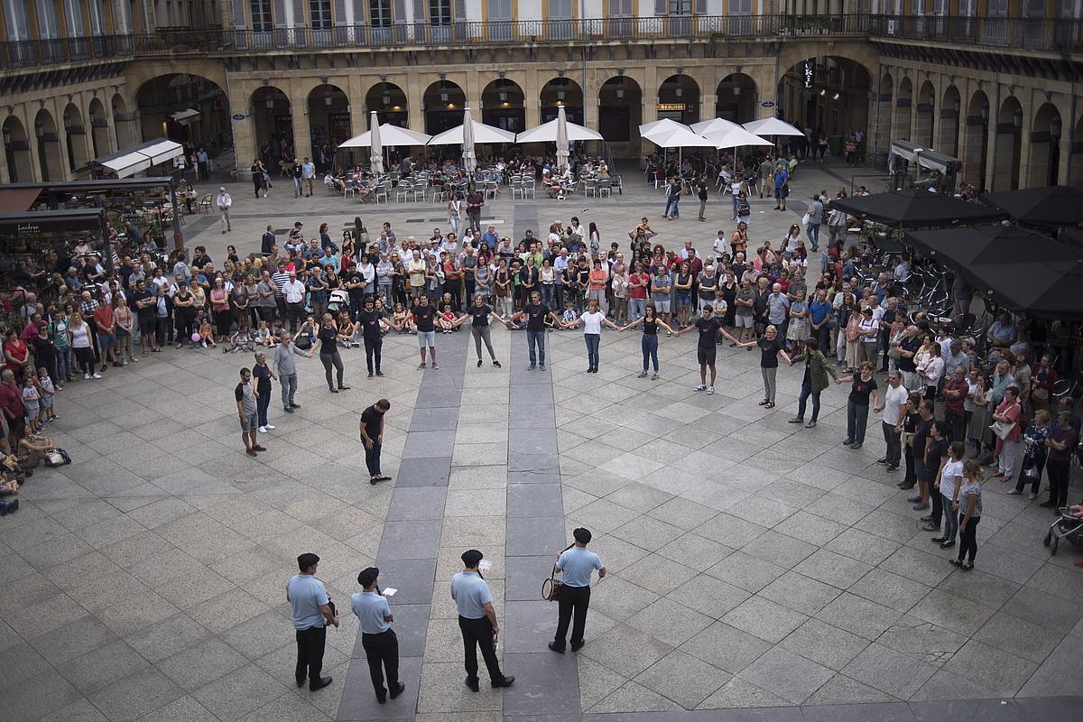 <em>Argia</em>-ko lankideen sokadantza, atzo, Donostiako Konstituzio plazan. ©JUAN CARLOS RUIZ / FOKU