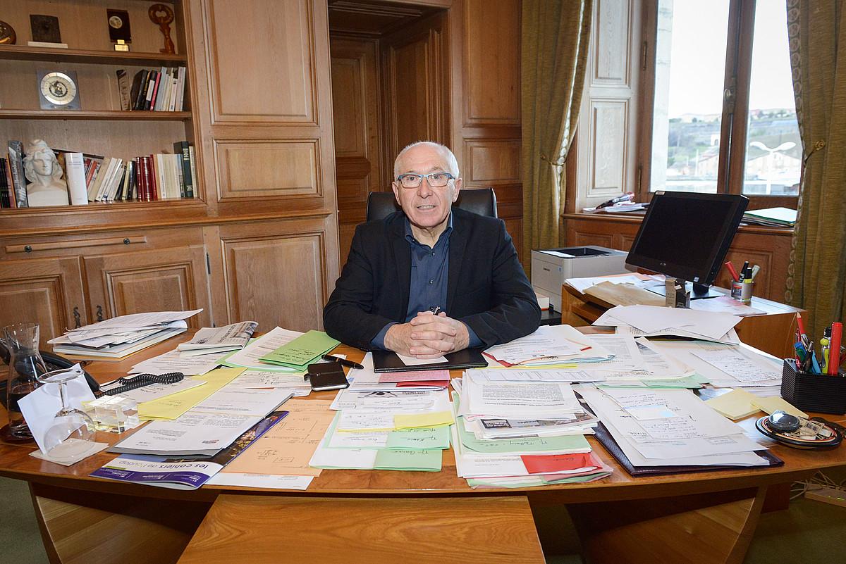 Jean Rene Etxegarai, Baionako herriko etxeko bere bulegoan. ©ISABELLE MIQUELESTORENA