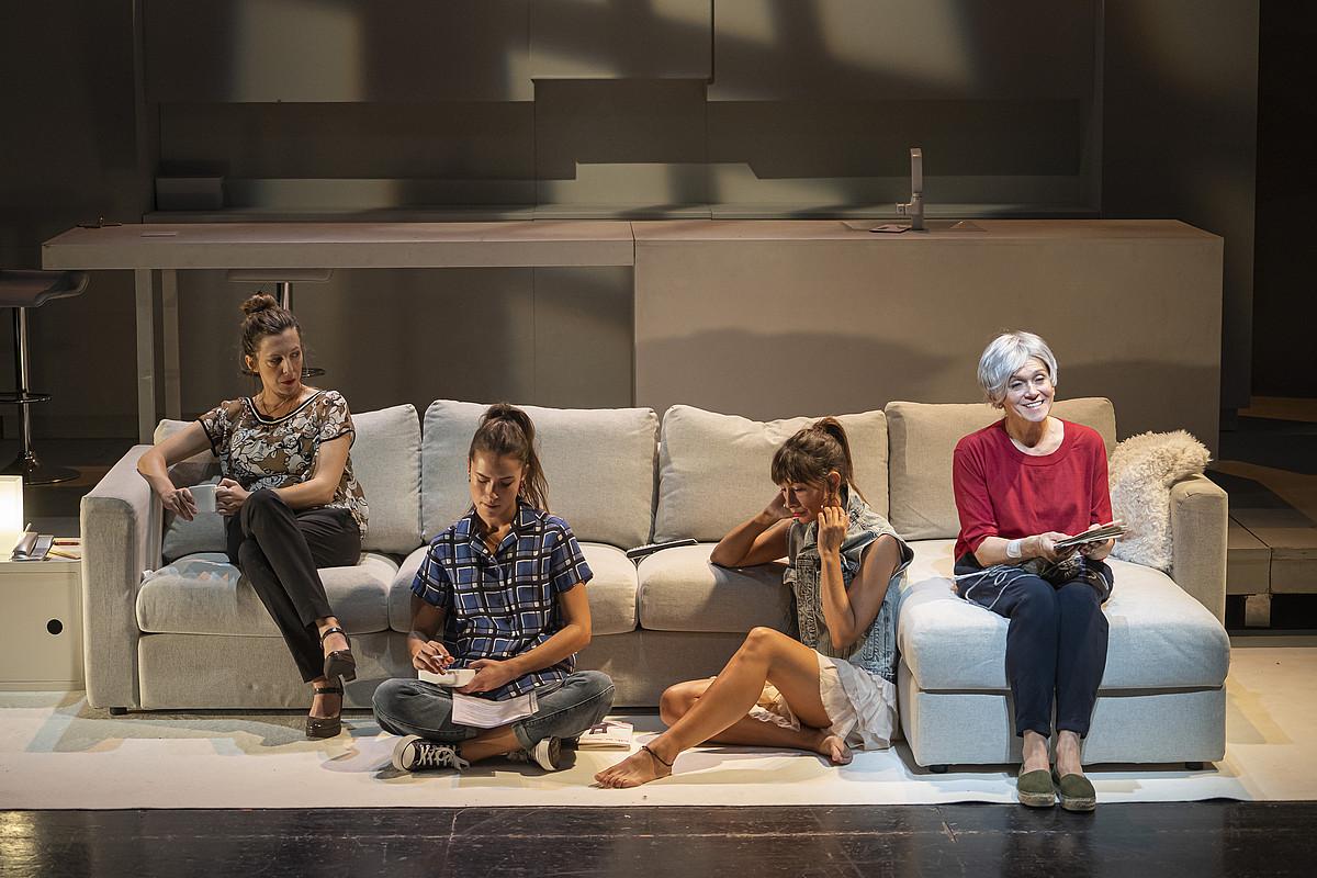 Leire Ruiz, Miren Arrieta, Oihana Maritorena eta Mireia Gabilondo dira Tanttaka konpainiak ekoitzitako <em>Utzi zure mezua seinalearen ondoren</em> antzezlaneko lau aktoreak. ©TANTTAKA