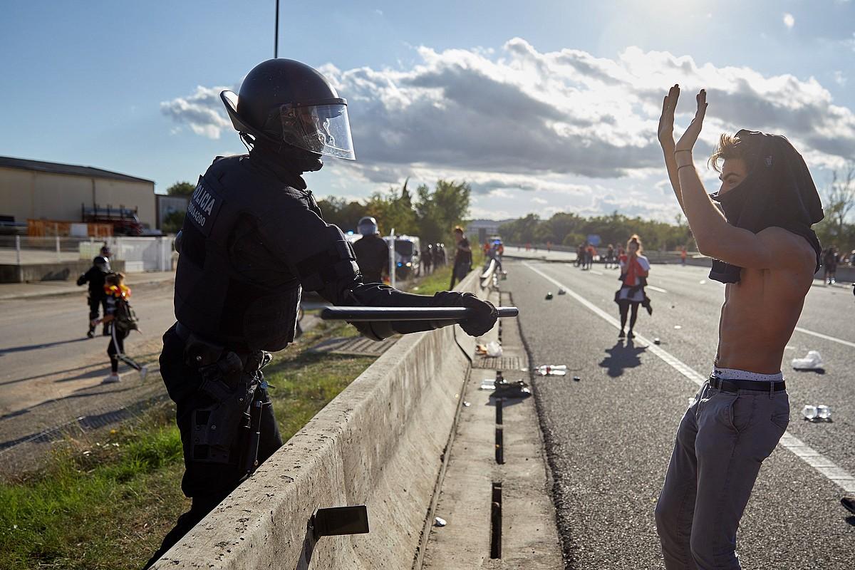 Polizia bat borrarekin manifestari bat jo nahian, atzo, AP-7 autobidean, Gironan. ©DAVID BORRAT / EFE