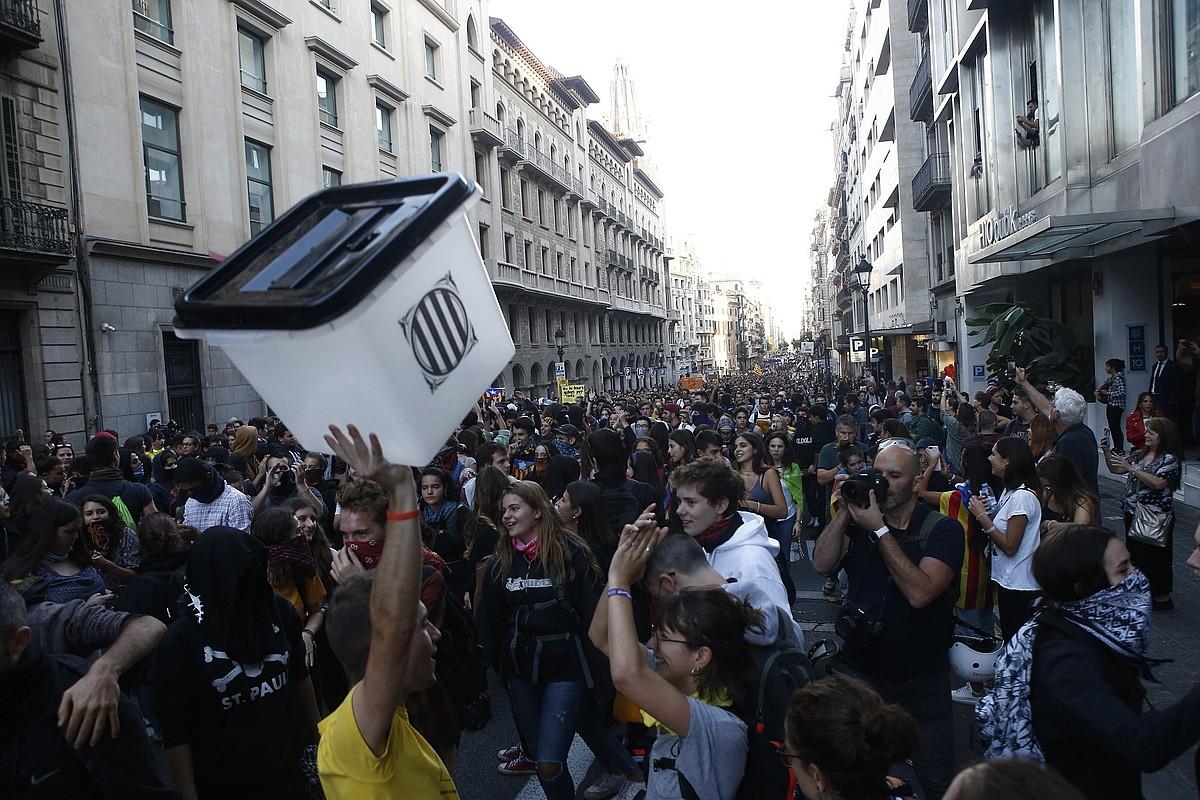 Manifestari talde bat, atzo, Bartzelonako Ronda Litoral kalea moztu zutenean. ©QUIQUE GARCIA / EFE