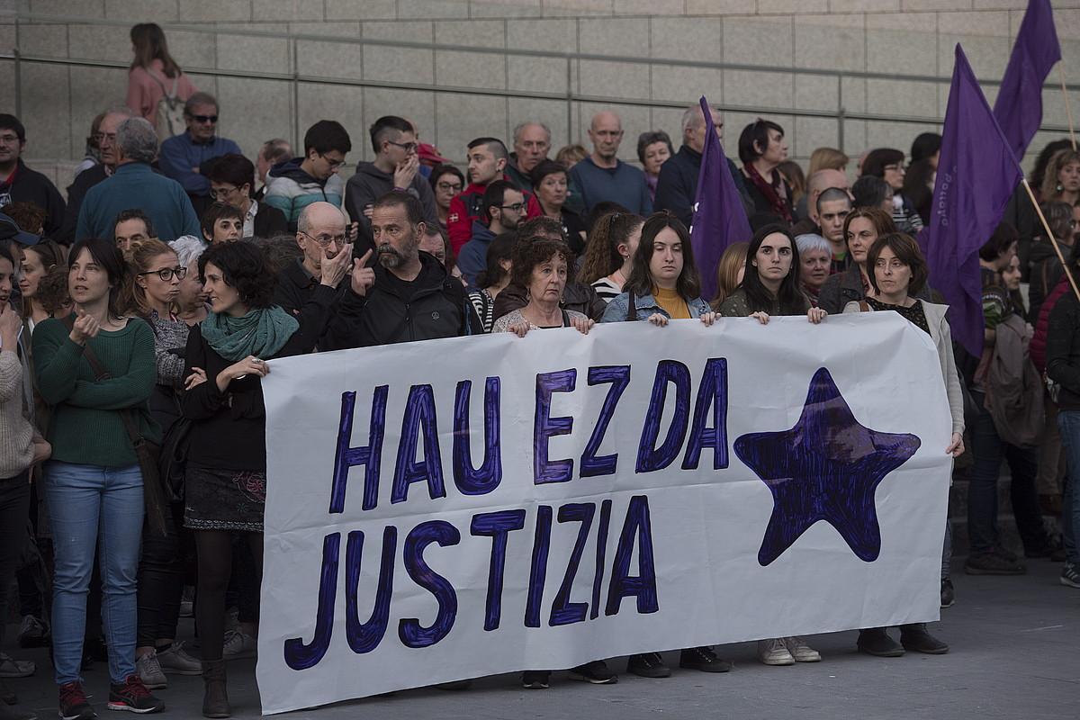 Sara Majarenasen alabaren erasotzailea libre utzi zutenean egindako elkarretaratzea, Donostian. ©JUAN CARLOS RUIZ / FOKU