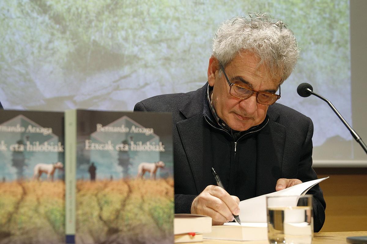 Bernardo Atxaga idazlea, atzo, <em>Etxeak eta hilobiak</em> nobelaren aurkezpenean, Donostiako Koldo Mitxelena Kulturunean. ©MAIALEN ANDRES / FOKU