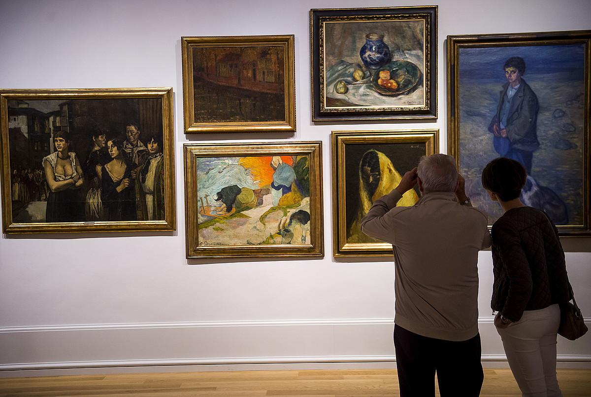 Bi pertsona, 1919ko Nazioarteko Pintura eta Eskultura Erakusketaren omenez Bilboko Arte Ederren museoak antolatutako erakusketan. ©LUIS JAUREGIALTZO / FOKU