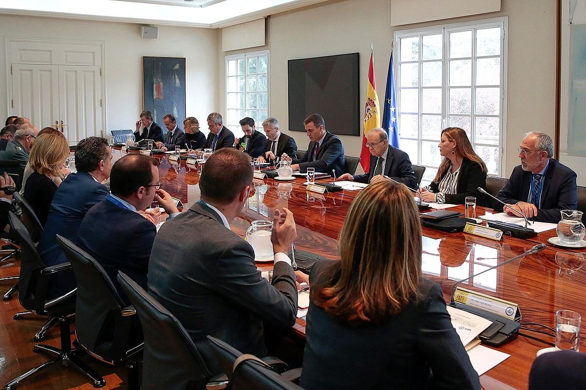 Kataluniako egoera jorratzeko batzorde berezia, Espainiako presidente Pedro Sanchezek zuzendua, atzo, Madrilen. ©JOSE MARIA CUADRADO JIMENEZ / EFE