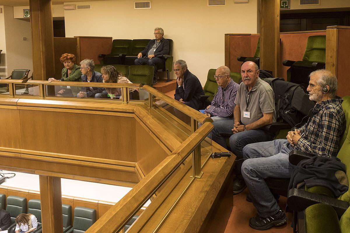 Frankismoaren krimenen aurkako plataformako kideak, parlamentuan, atzo.