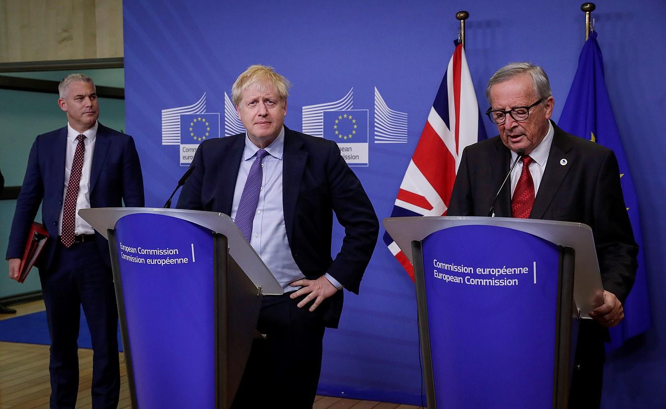 Johnson Erresuma Batuko lehen ministroa eta Juncker Europako Batzordeko presidentea elkarri eskua ematen, atzo, Bruselan. ©OLIVIER HOSLET / EFE