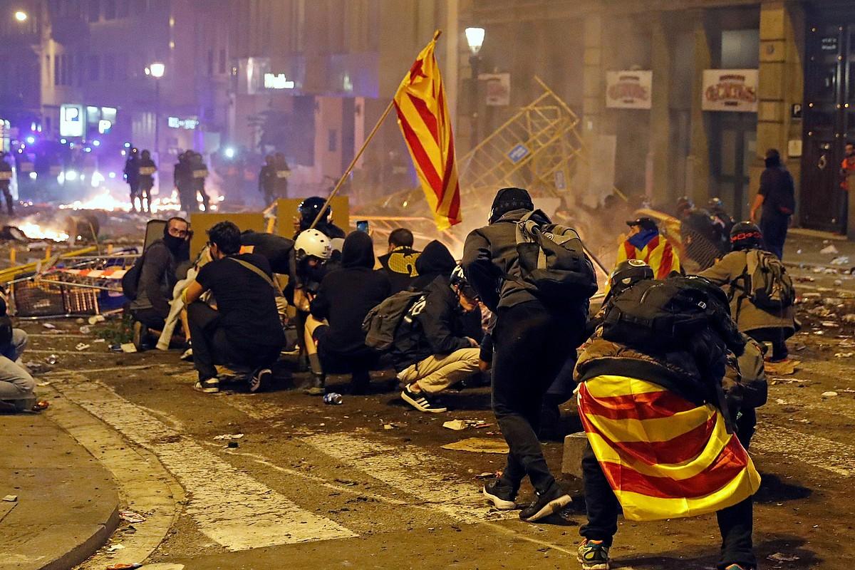 Manifestariak Poliziatik babesten, atzo iluntzean, Bartzelonan. ©TONI ALBIR / EFE