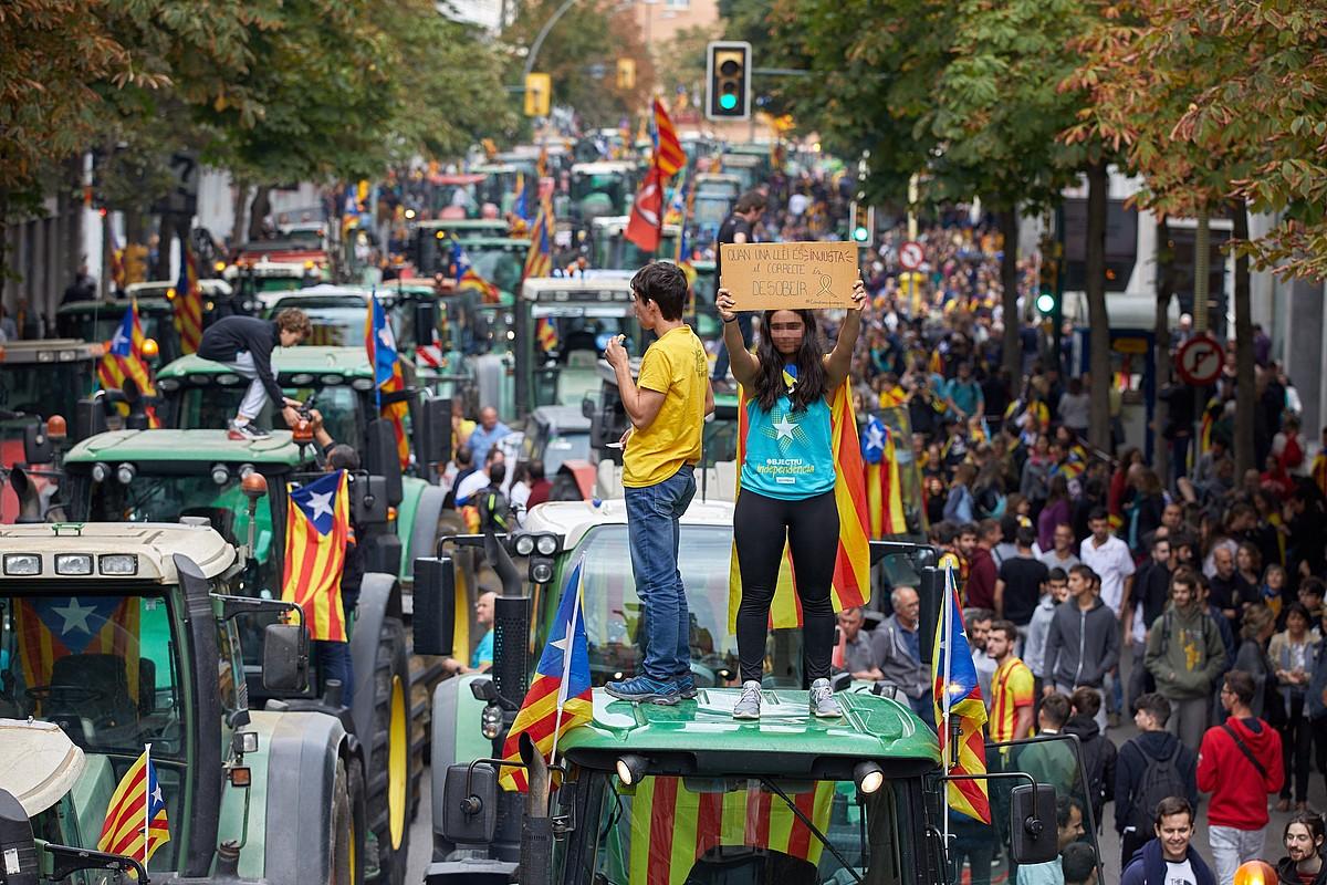 Traktore ilarak, greba orokorraren harira Gironan eginiko manifestazioan, atzo. ©DAVID BORRAT / EFE
