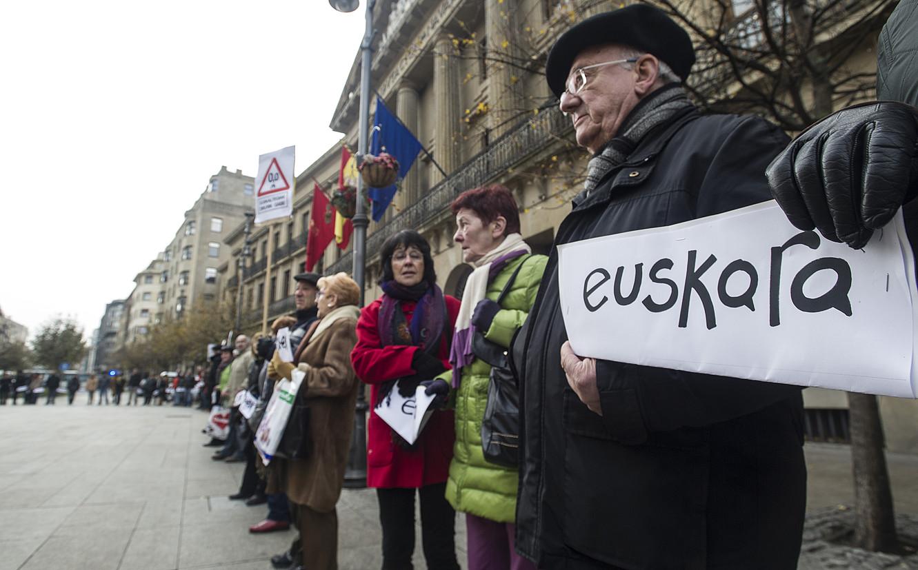 Euskalgintzak Nafarroako Gobernuaren aurrean egindako elkarretaratze bat. Artxiboko irudia. ©JAGOBA MANTEROLA / FOKU
