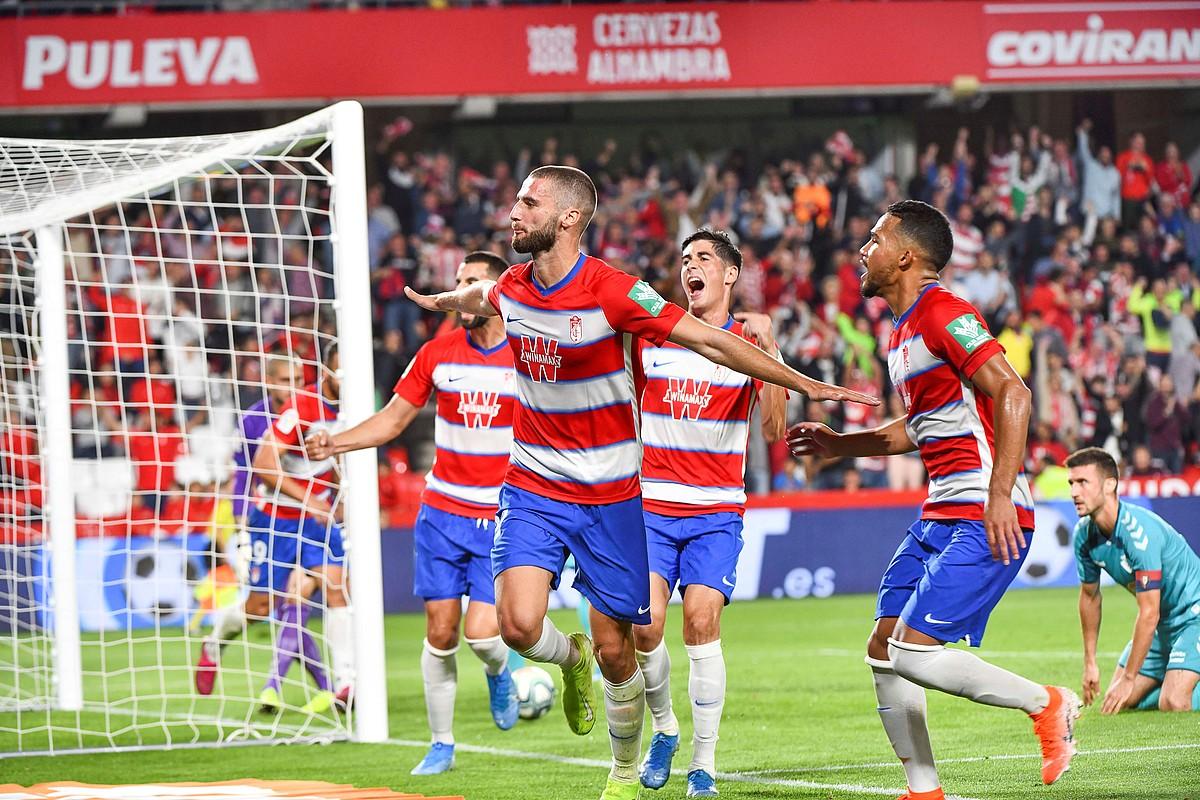 Duarte Granadakoa eta bere taldekideak, erdiko atzelariak atzoko partidan sarturiko gola ospatzen. ©MIGUEL ANGEL MOLINA / EFE