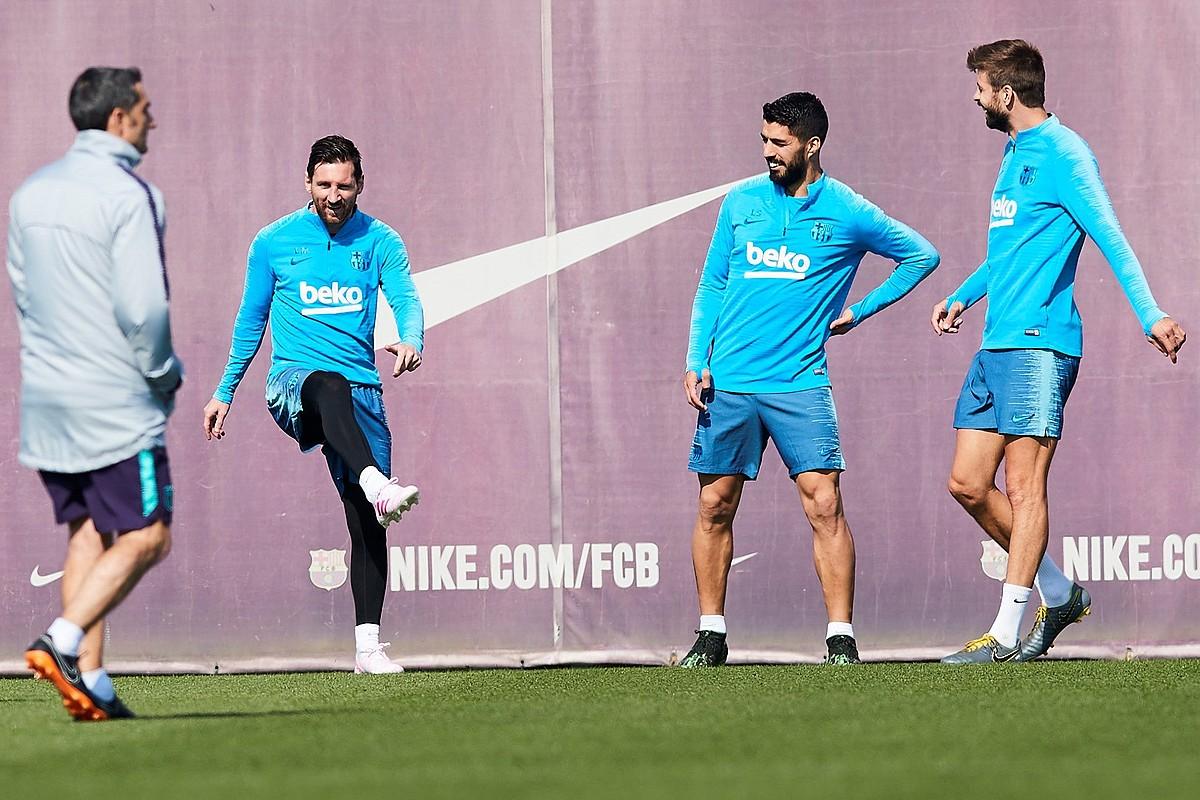 Ernesto Valverde, Lionel Messi, Luis Suarez eta Gerard Pique, Bartzelonaren entrenamendu batean. ©ALEJANDRO GARCIA / EFE