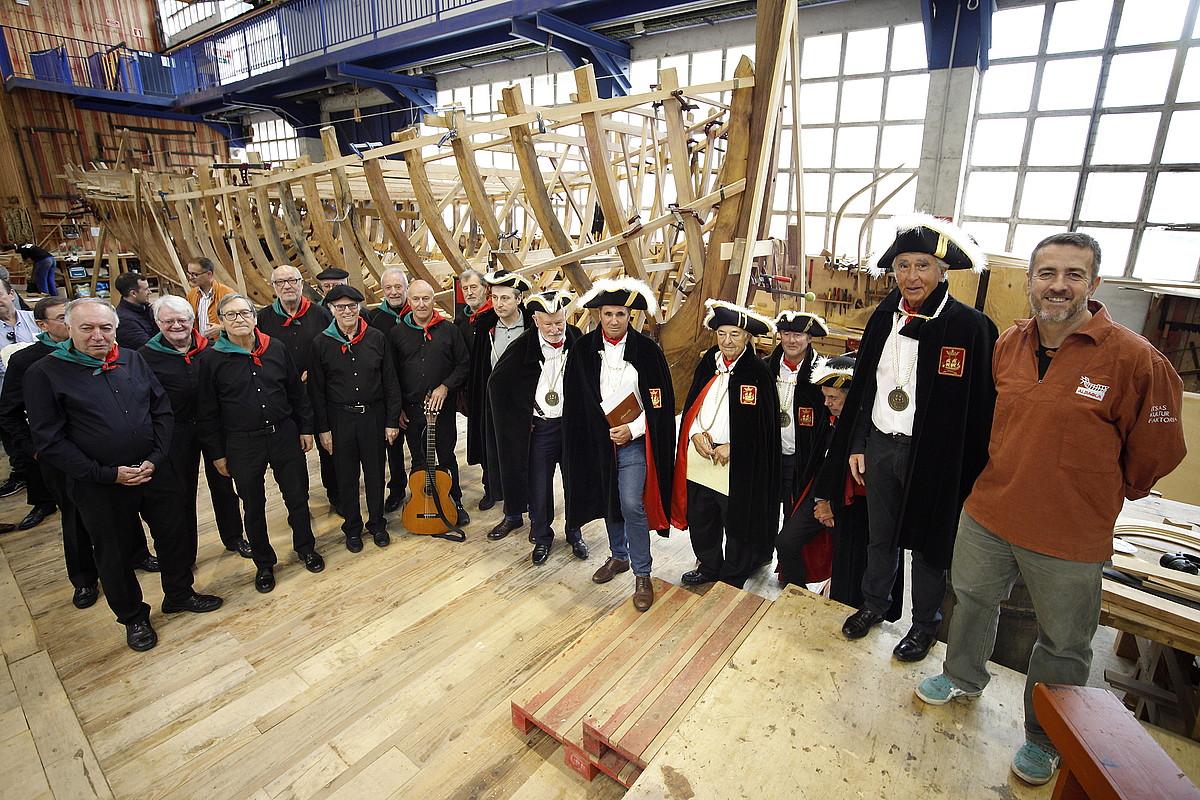 Xabier Agote, Xabier Alberdi, L'Ordre des Corsaires Basques elkarteko kideak eta Pottoroak abesbatzako abeslariak, atzo, aurkezpenean. ©MAIALEN ANDRES / FOKU