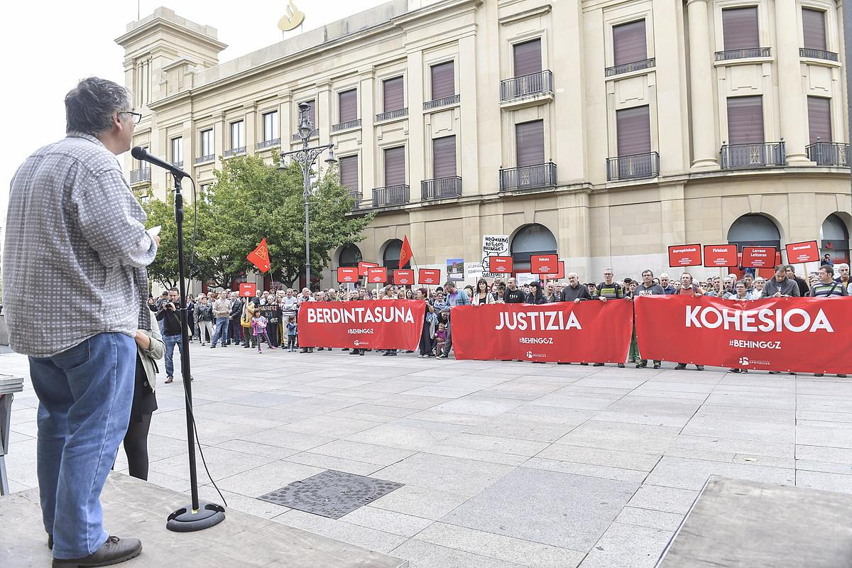 Nafarroako Gobernuaren egoitza aurrean atzo egin zuten elkarretaratzea. ©IDOIA ZABALETA/ FOKU