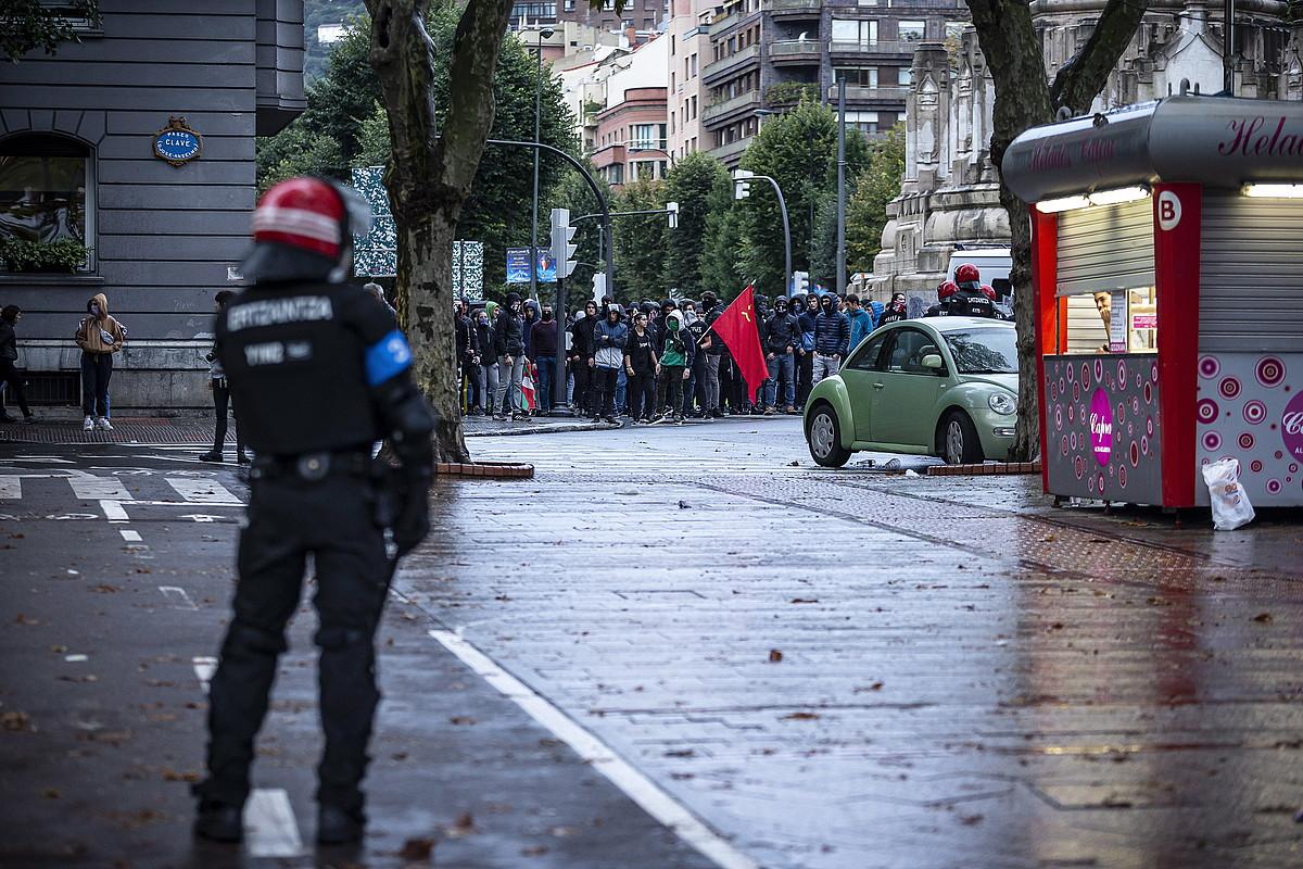 Ertzainen oldarraldiaren ondorioz, Jesusen Bihotza plazan babestu ziren manifestariak. ©ARITZ LOIOLA / FOKU