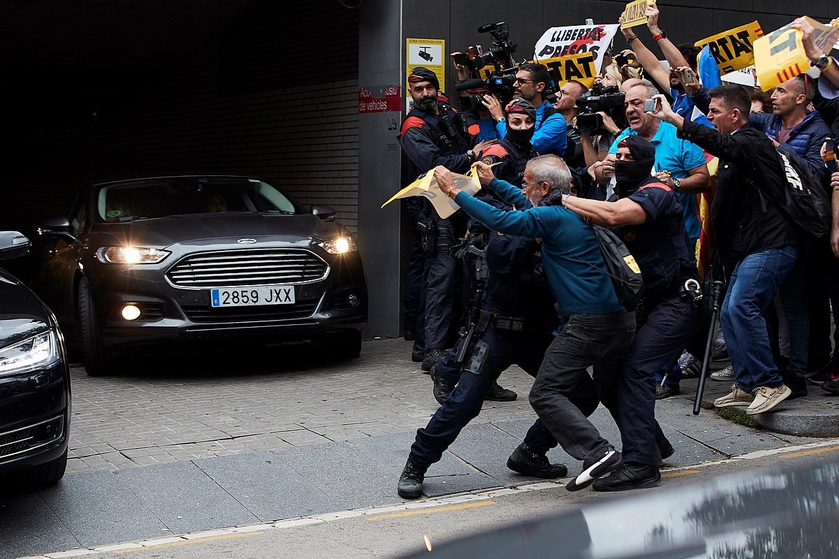 Mossoak manifestari bati eusten, Sant Pau ospitalean, atzo, Sanchez autoan ateratzen ari zenean. ©ALEJANDRO GARCIA / EFE