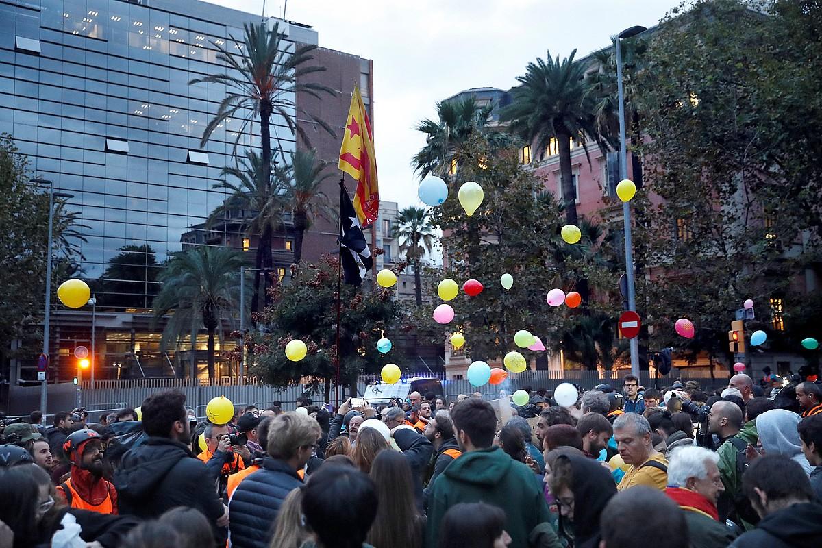 Kataluniako Barne Kontseilaritzaren aurrean eginiko protesta, atzo, Bartzelonan. ©TONI ALBIR / EFE