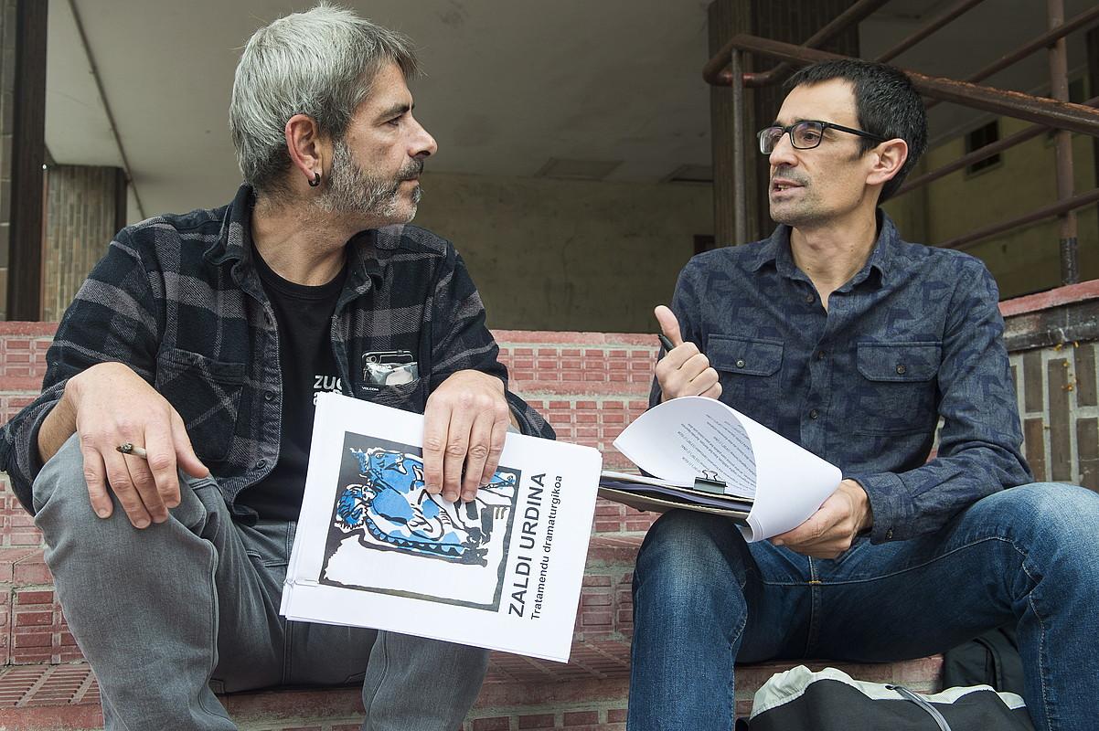 Unai Iturriaga eta Igor Elortza <em>Zaldi urdina</em> antzerki obraren testugileak, Durangon. ©MONIKA DEL VALLE / FOKU
