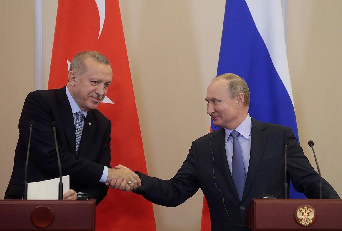 Erdogan Turkiako presidentea eta Putin Errusiakoa, atzo, Sotxin, bileraren ostean. ©SERGEI CHIRIKOV / POOL / EFE