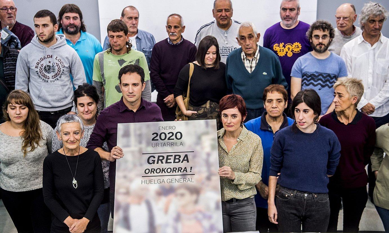 Euskal Herriko Eskubide Sozialen Gutuna osatzen duten sindikatu eta eragile sozialetako ordezkariak, atzo, greba orokorrerako deialdia egiten. ©LUIS JAUREGIALTZO / FOKU