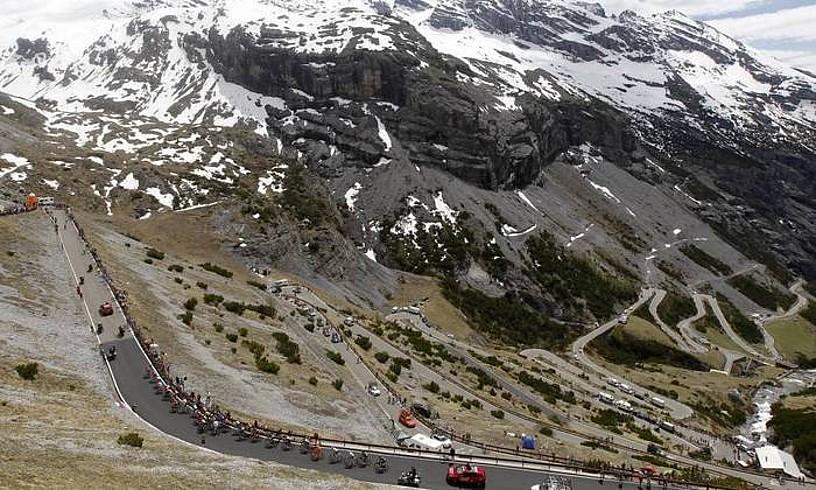 Cancanoko aintzirara doan errepidea. Bertan amaituko da 2020ko Italiako Giroko hemezortzigarren etapa. ©BERRIA
