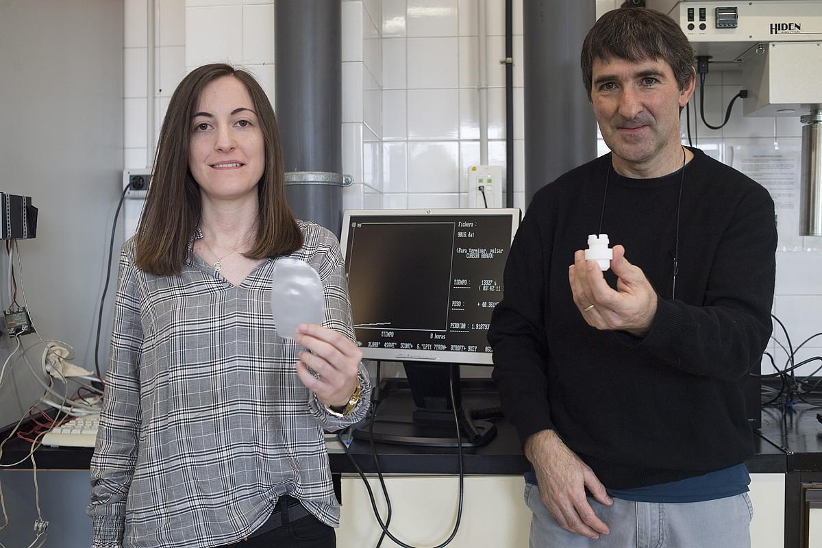 Ainara Sangroniz eta Agustin Etxeberria, lehenak sintetizaturiko plastikoaren bi aldaerekin, EHUko Kimika fakultateko laborategian. ©JUAN CARLOS RUIZ / FOKU