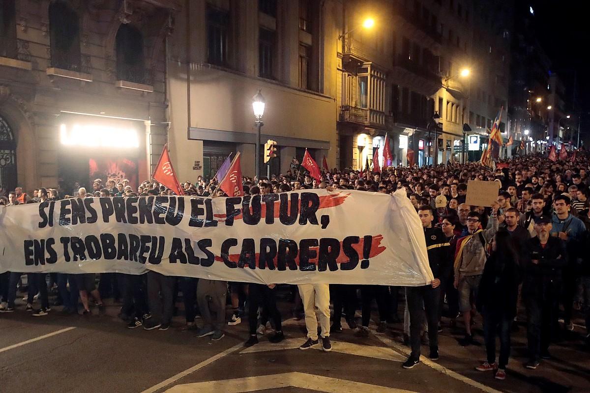 <b>Errepresioaren aurkako manifestazioa, atzo, Bartzelonan.</b> ©MARTE PEREZ / EFE