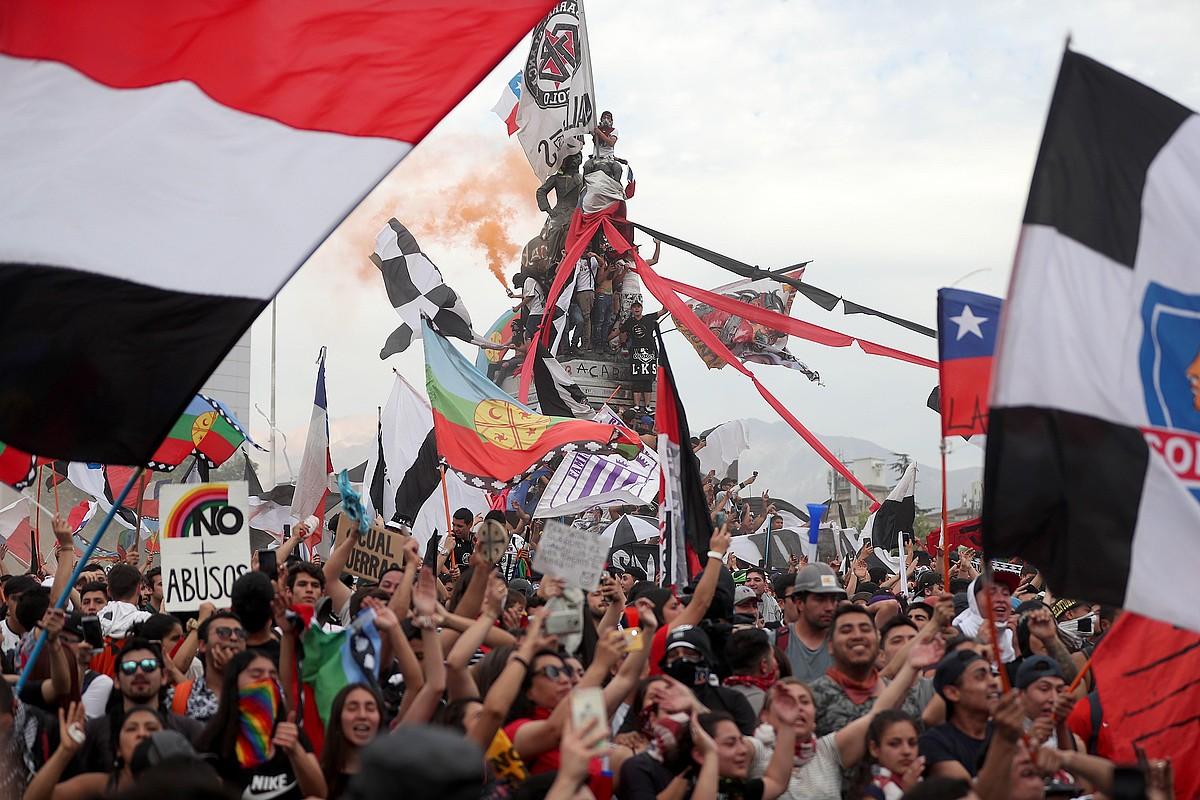 Herenegun Santiago hiriburuan izandako manifestazioaren irudi bat. 1,2 milioi lagun elkartu ziren.