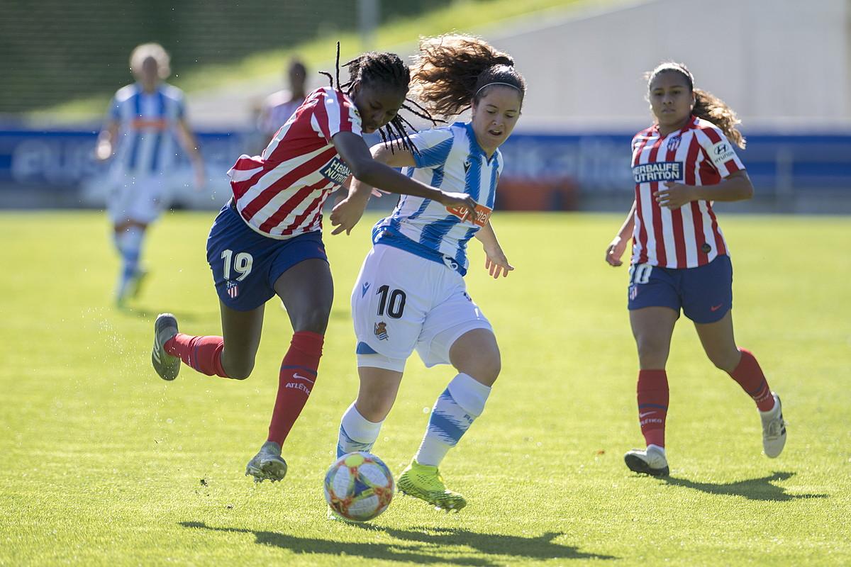 Aissatou Tounkara Atletico Madrilekoa, Nerea Eizagirre Realekoari baloia kendu nahian, atzoko partidan. ©J. C. RUIZ / FOKU