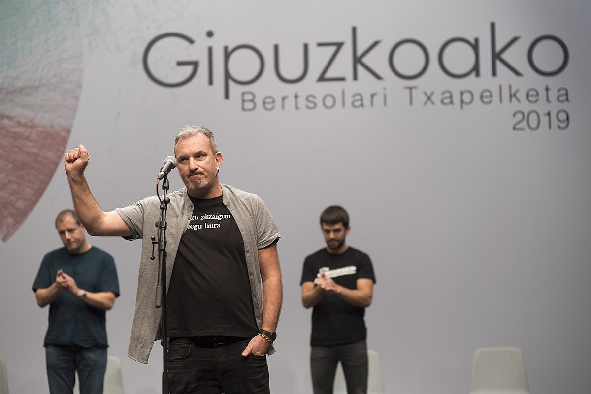 Jon Maia bertsolaria, puntuazioak jakin ostean, Eibarko Koliseo antzokian jokatutako final-laurdeneko saioan, atzo. ©JUAN CARLOS RUIZ / FOKU