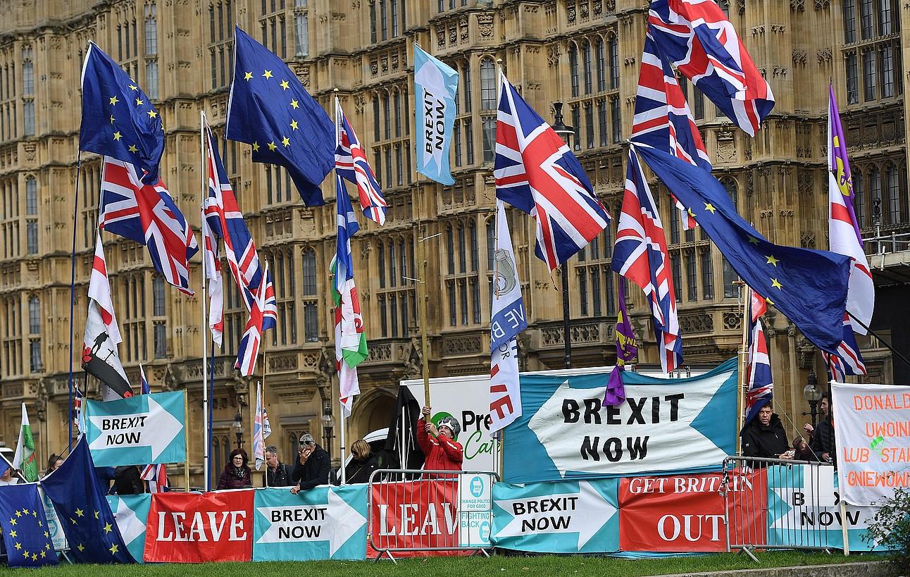 <em>Brexit</em>-aren aldeko herritar batzuk Westminster kanpoan protestan, atzo. ©ANDY RAIN / EFE