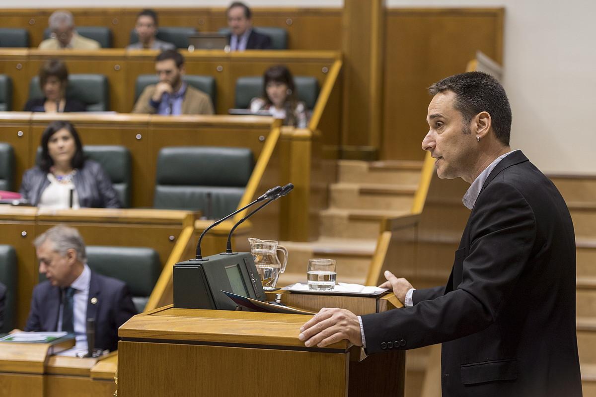 Iker Casanova EH Bilduko ordezkaria eztabaidaren une batean, atzo, Eusko Legebiltzarrean. ©JUANAN RUIZ / FOKU