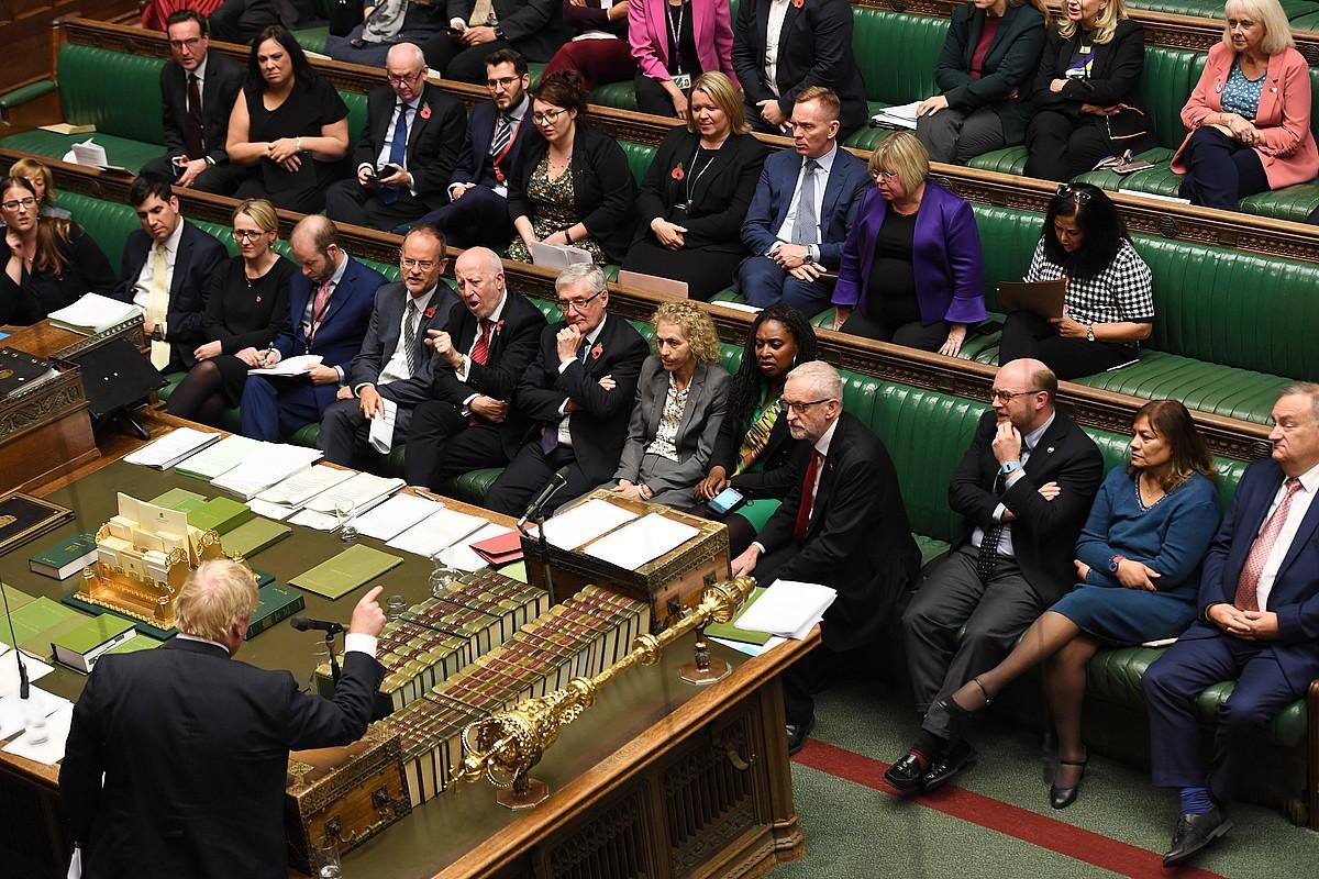 Johnson, Corbyni hitz egiten ari zitzaiola, astelehenean, Komunen Ganberan. ©JESSICA TAYLOR / EFE