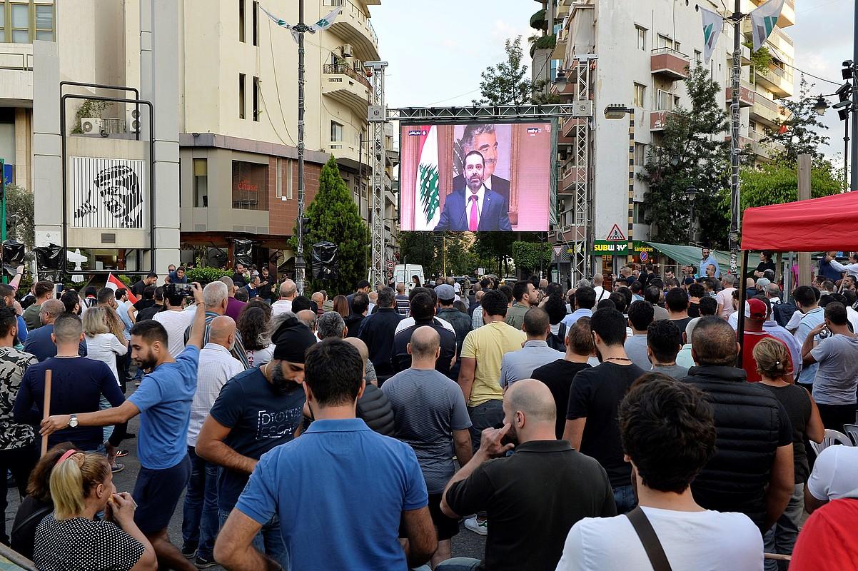 Hariri lehen ministroaren mezua pantailan, atzo, Beiruten. ©WAEL HAMZEH / EFE