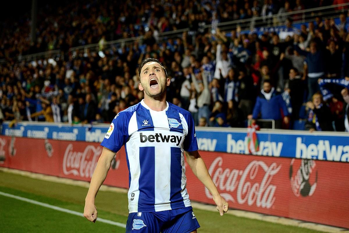 Lucas Perez, amorru biziz gola ospatzen, atzo, Mendizorrotzan. Gol horrek eman zion berdinketa Alavesi Atletico Madrilen aurka. ©JON RODRIGUEZ BILBAO / EFE