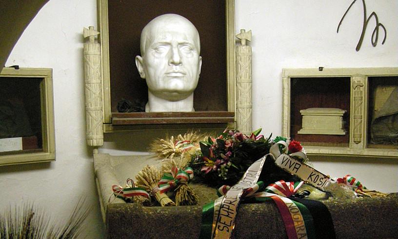 <b>Mussolini. </b>Diktadorearen hilotza familiaren kaperan dago, Predappio jaioterrian. ©SAILKO