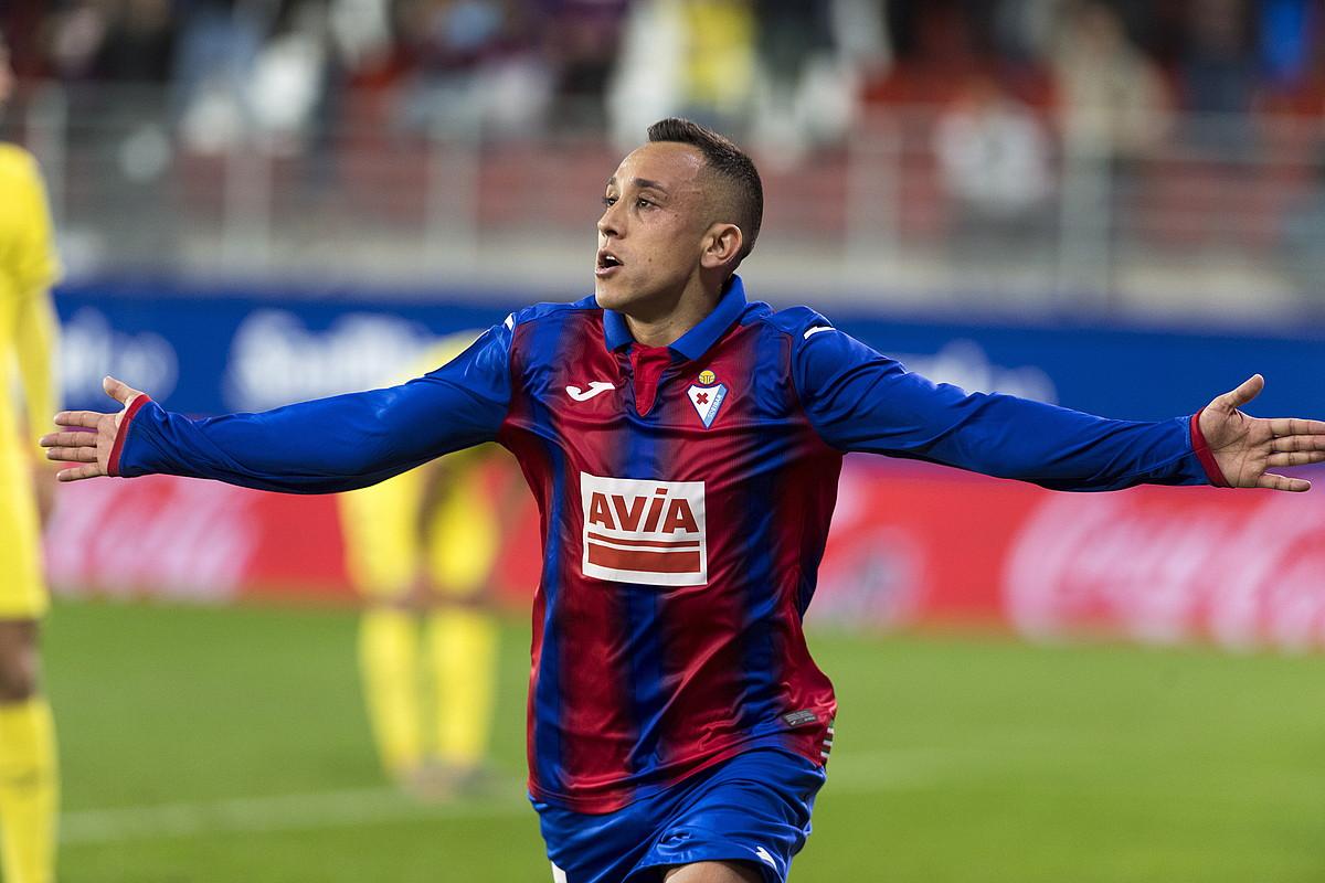 Fabian Orellana Eibarreko jokalaria atzo Vila-reali sartutako garaipenaren gola ospatzen.
