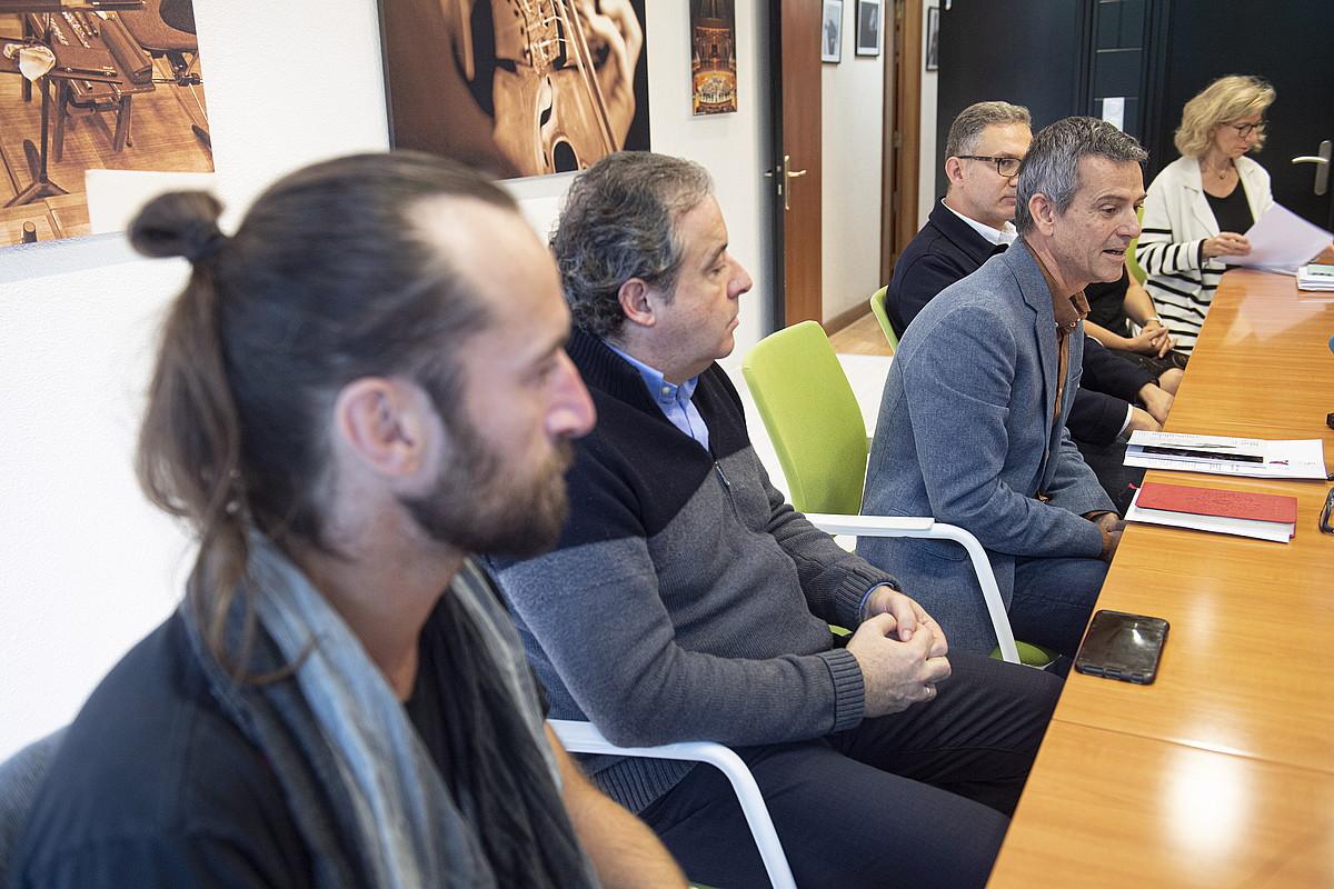 Ezkerretik eskuinera, Jamixel Bereau, Juanjo Mena, Oriol Roch eta Gabriel Erkoreka, atzo, Euskadiko Orkestra Sinfonikoaren egoitzan, Donostian. ©JON URBE / FOKU