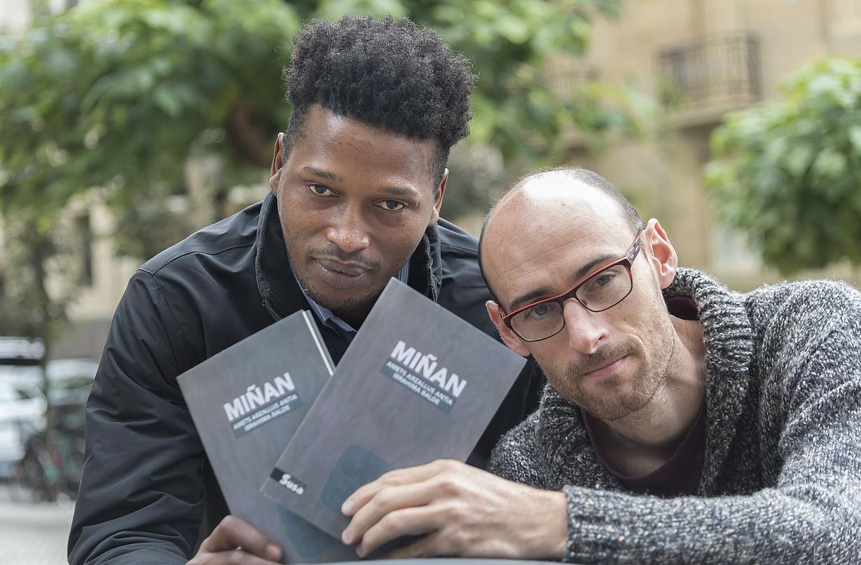 Ibrahima Balde eta Amets Arzallus liburuaren aurkezpenean, atzo, Donostian. ©ANDONI CANELLADA / FOKU