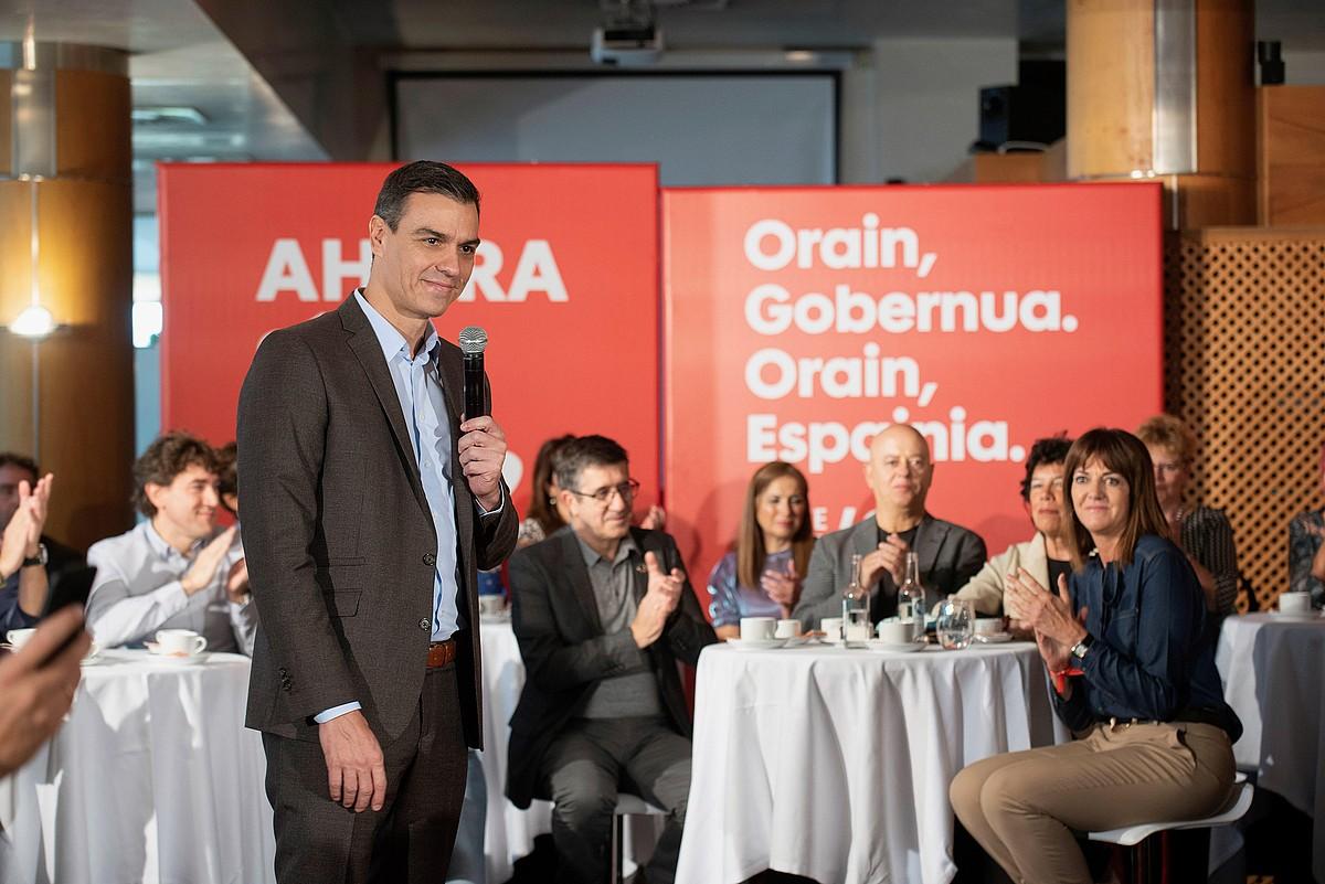Pedro Sanchez, Gasteizen, euskal hautagaiak atzean dituela. / ADRIAN RUIZ DE HIERRO / EFE