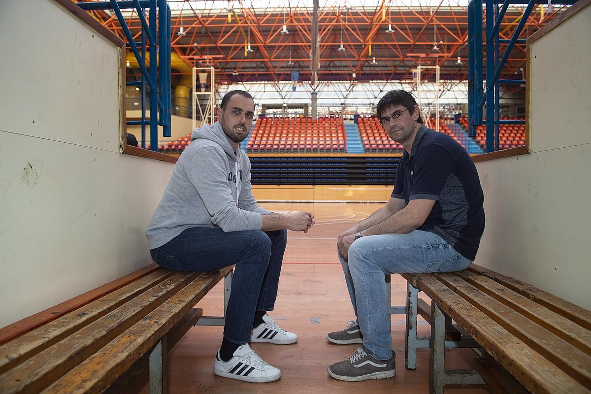 <b>Iragana eta oraina.</b> Iker Serrano (Bidasoako jokalaria) eta Javi Barreto (taldeko jokalari ohia), Artalekun.