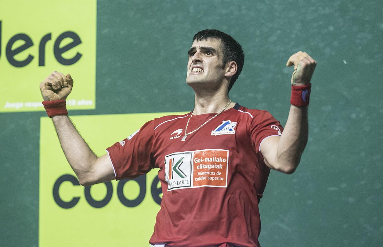 Joseba Ezkurdia, neke aurpegiarekin, atzoko partidan eginiko azken tantoa ospatzen.